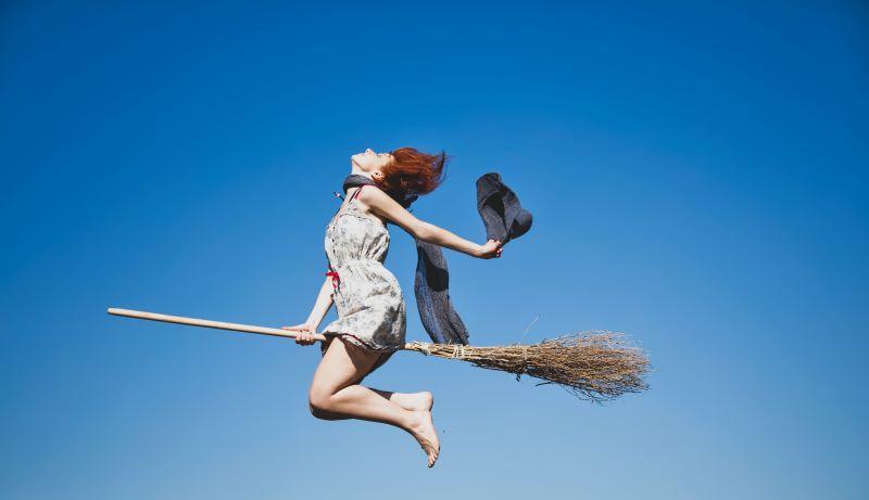 空飛ぶ魔女のイメージ