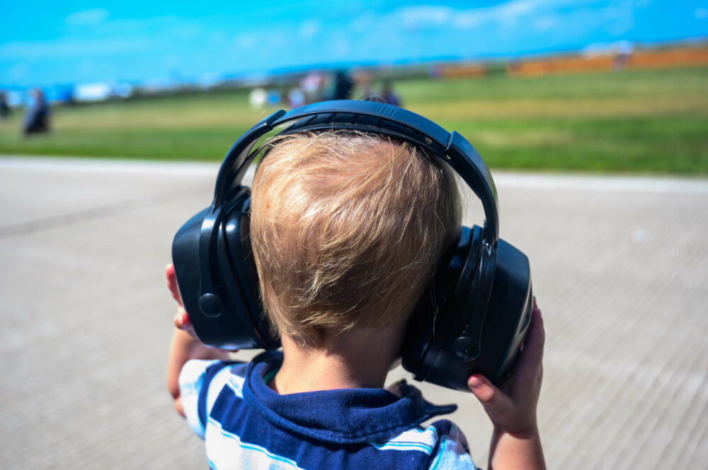 聴覚保護具をつけた男の子