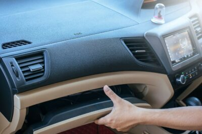 車のグローブボックスには何を入れる?フィルター交換時の外し方や収納グッズも