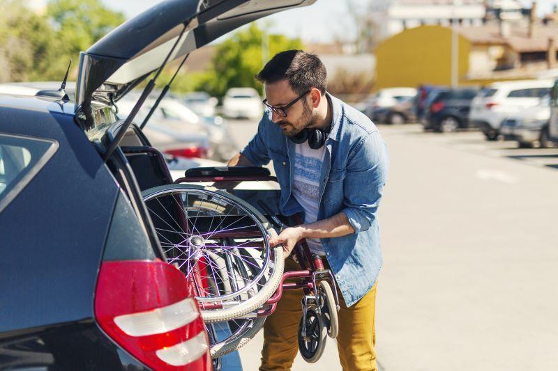 自転車を車に積む男性