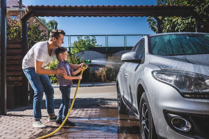 親子で車を洗う光景