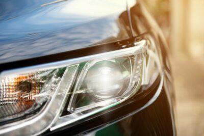 LEDプロジェクターヘッドライトはなぜ主流になった?マルチリフレクターとの違いと構造