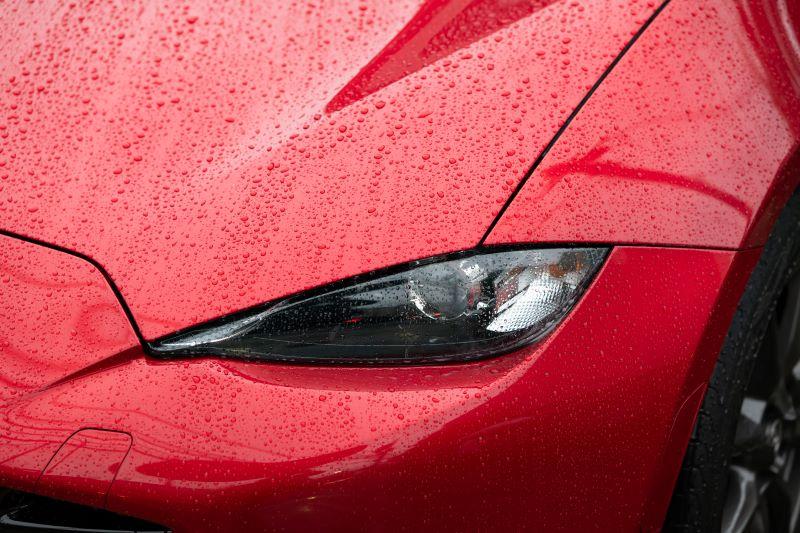 車のボンネットの水滴