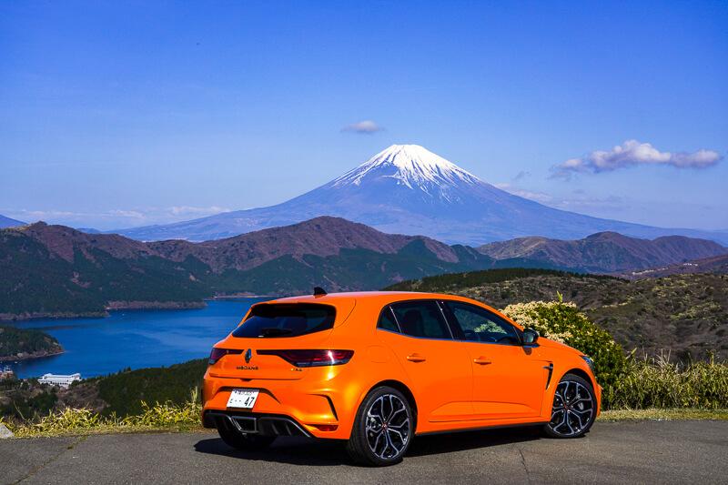 新型ルノー メガーヌ R.S. EDC のリア。富士山と芦ノ湖を背景に撮影