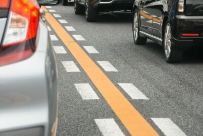 21年から新登場!道路上のオレンジ矢印はどんな意味?