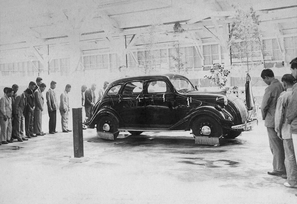 試作工場での「トヨダ A1型試作乗用車」完成式 (1935年)