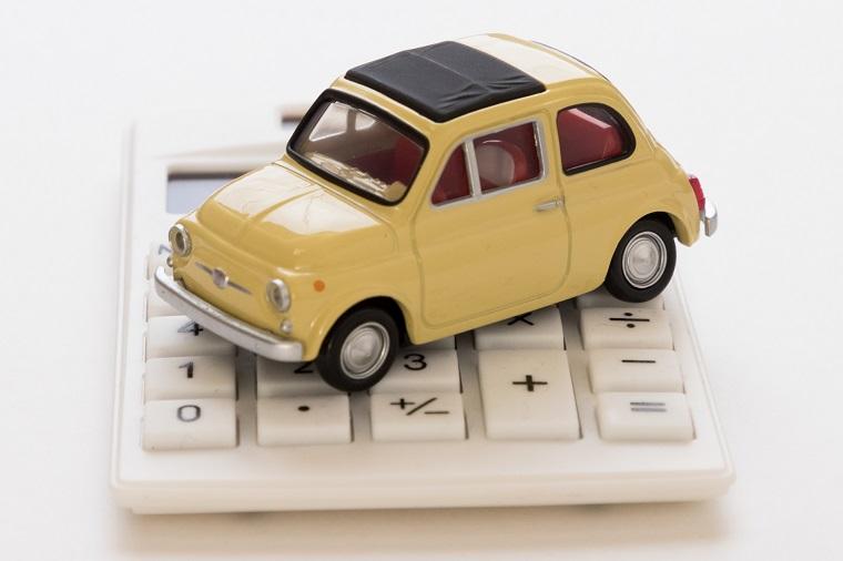 電卓の上にのる車