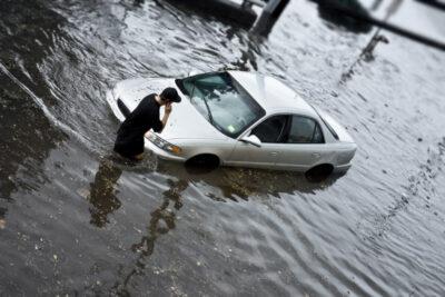 車が水没したらどうなる?台風や洪水で相次ぐ浸水・冠水被害への対策方法は?