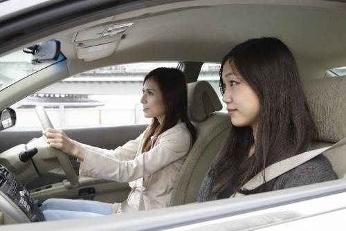 車を運転する女性と助手席の女性の画像