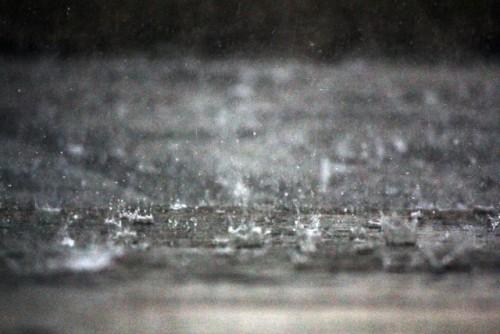 雨が降る道路