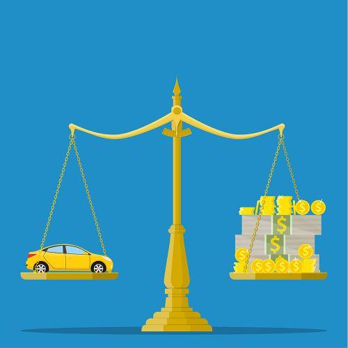 天秤にかけられている車とお金