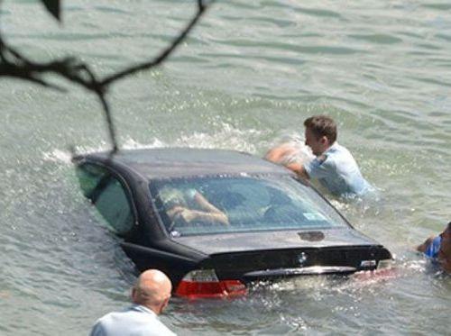洪水で車が水没