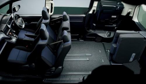 トヨタ ヴォクシー 2014年 セカンドシートチップアップ状態