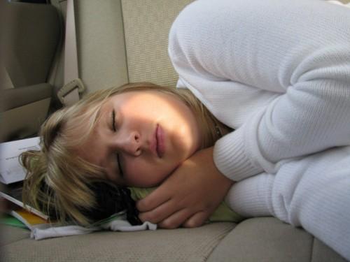 車内で眠る女