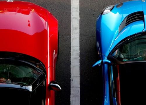 駐車場 赤 青