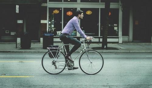 自転車 乗る男性