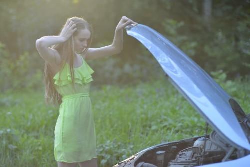車 故障 困る女性