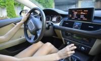 片手運転も安全運転義務違反に該当するって本当?反則金や違反種類についても