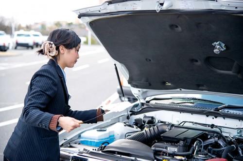 車関係の仕事をする女子の画像