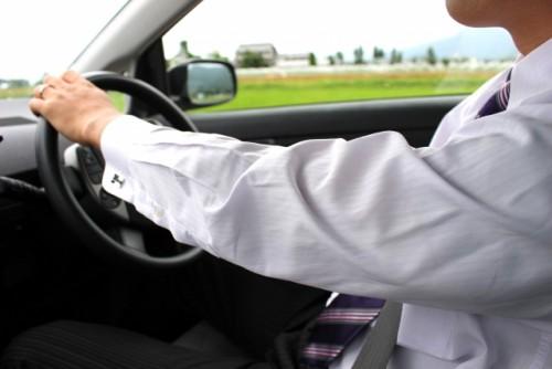 スーツ 運転 男性