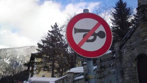クラクション禁止