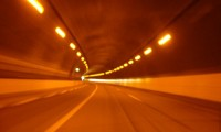 高速道路のトンネルでライト点灯はなぜ?無灯火は交通違反の減点と罰金も!