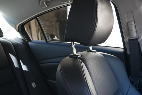 車の座席 ヘッドレスト