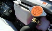 クーラント(LLC)とは?単なる冷却水?色や交換時期は?エア抜きと漏れに注意!