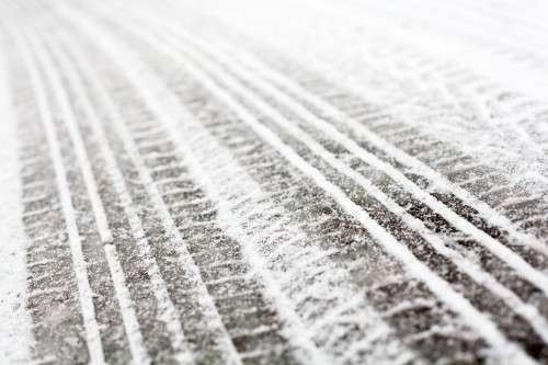 雪道のタイヤ跡