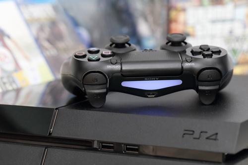 家庭用ゲーム機PS4(レーシングゲームのイメージ)