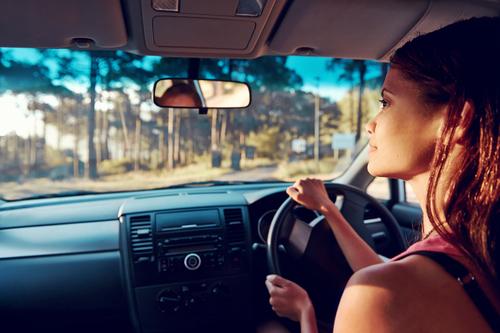 運転 女性ドライバー 安全確認