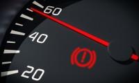 車のビックリマークが点灯!ブレーキ警告灯が消えない時の対処法!