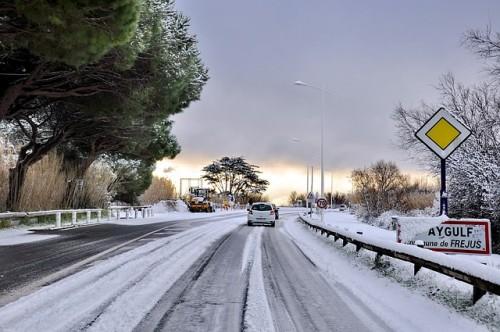 雪道 走る車