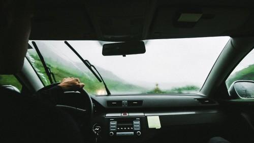 車 フロントウィンドウ ワイパー 雨