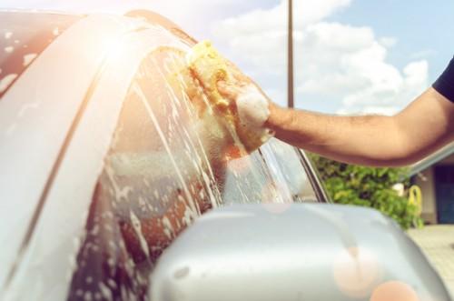 スポンジで車の窓を洗車