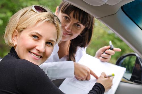 書類 女性 車内