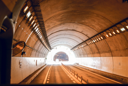 追い越しできないトンネル