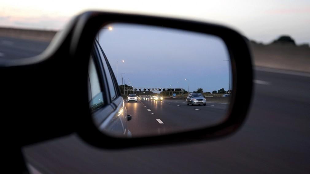 高速道路を走る車 後続車