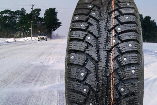 雪道 スパイクタイヤ