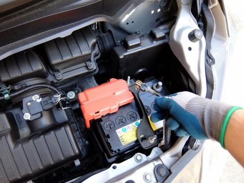 エンジンルーム内にある補助バッテリー