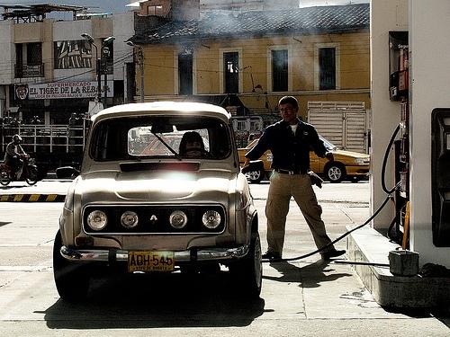 ガソリンスタンド 給油 クラシックカー