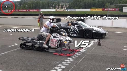 フェラーリ スノーモービル 対決 ドローン