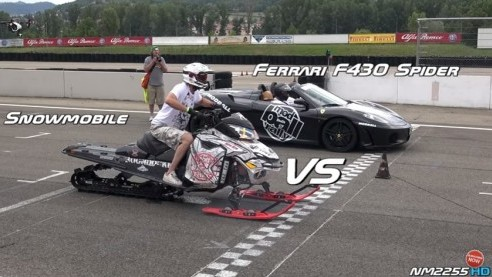 フェラーリ スノーモービル 対決