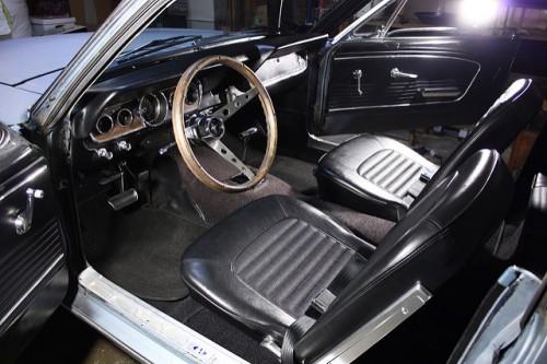 66年型フォード・マスタングの内装