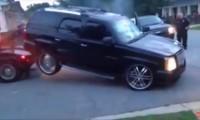 【動画】あり得ない!愛車をレッカー車に運ばれそうになった女性の行動がクレイジーすぎる