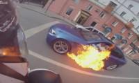 【動画】走行中のBMWから火が!危険を顧みず消火にあたる周囲の連携が凄い!