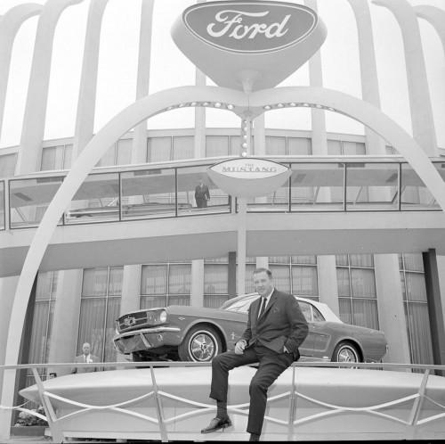 ニューヨーク万国博覧会のフォードパビリオン前に展示されるマスタング