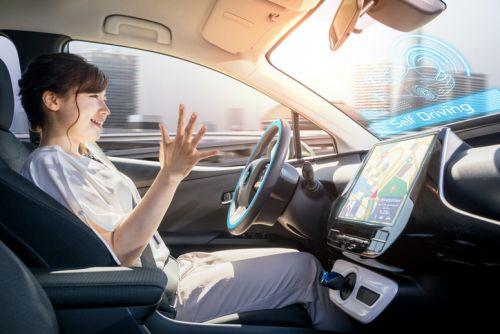 運転 女性 驚く