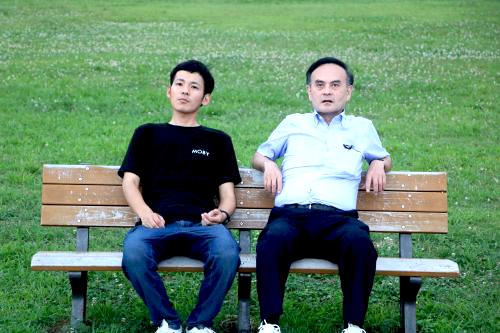 ベンチに座るWおっさん