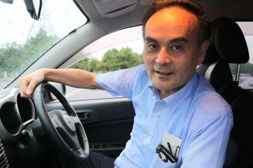 運転席で微笑むおっさん
